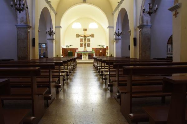 2 Interno e altare